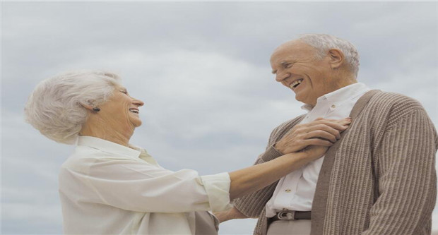 加华裔老人退休不停歇 帮助新移民融入当地文化